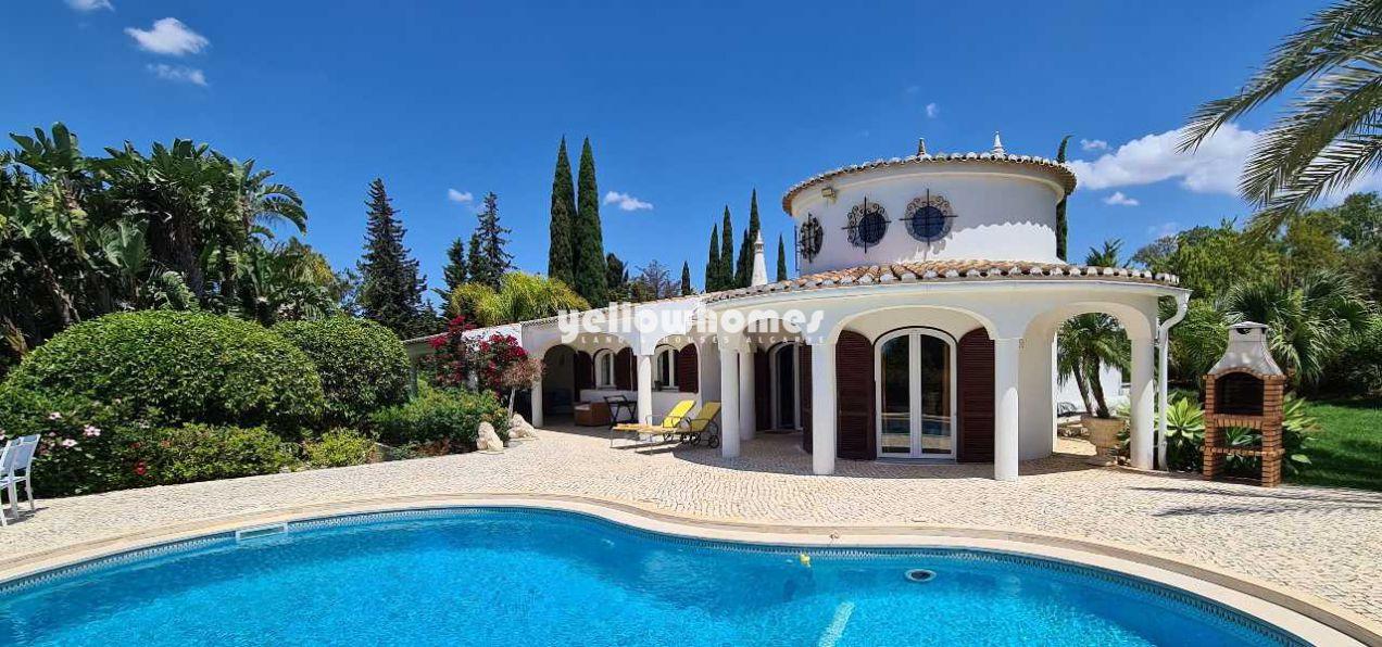 Charmante und private 4-Schlafzimmer Villa mit schönem Garten...