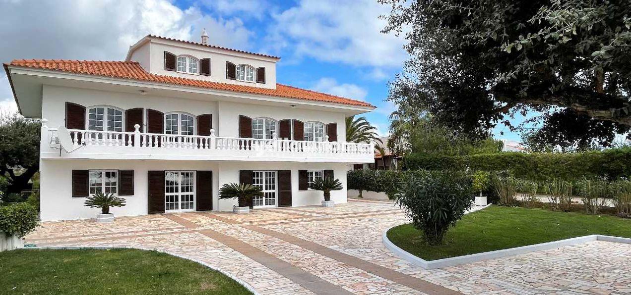 Gepflegtes Anwesen mit 7-SZ und Pool auf grossem Grundstück in...