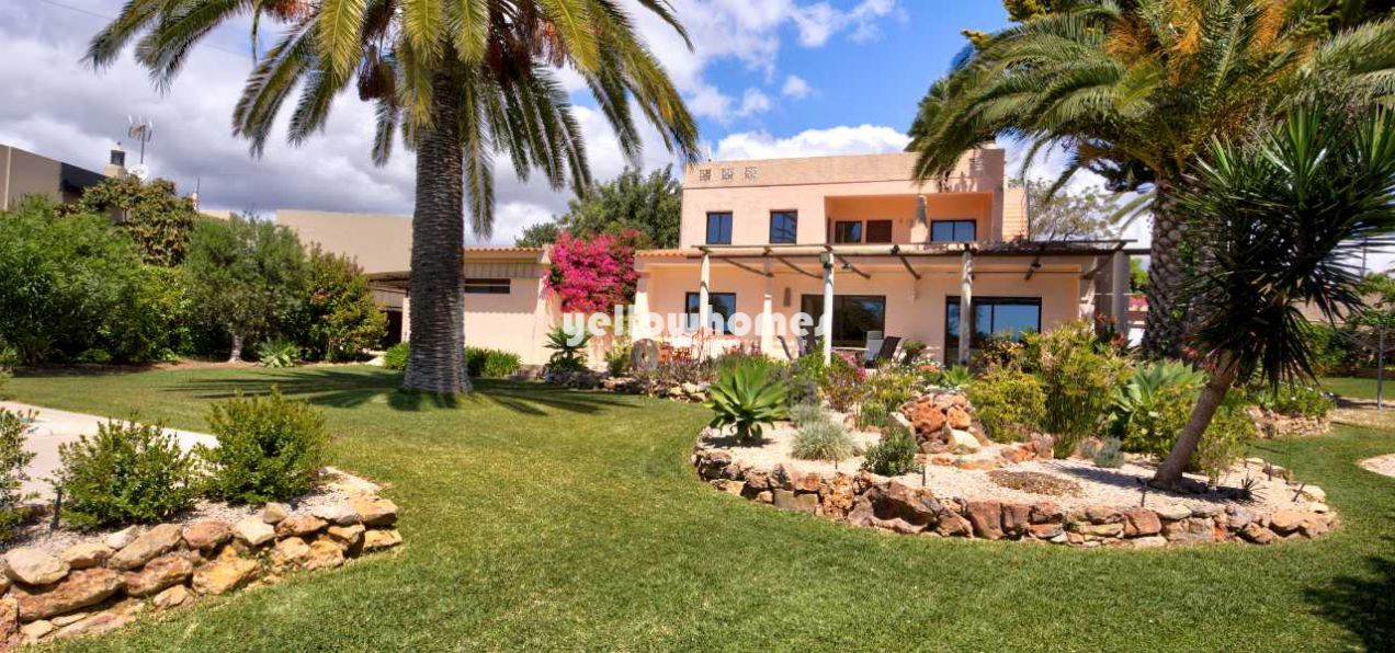 Well maintained 4-bed villa with pool and south...