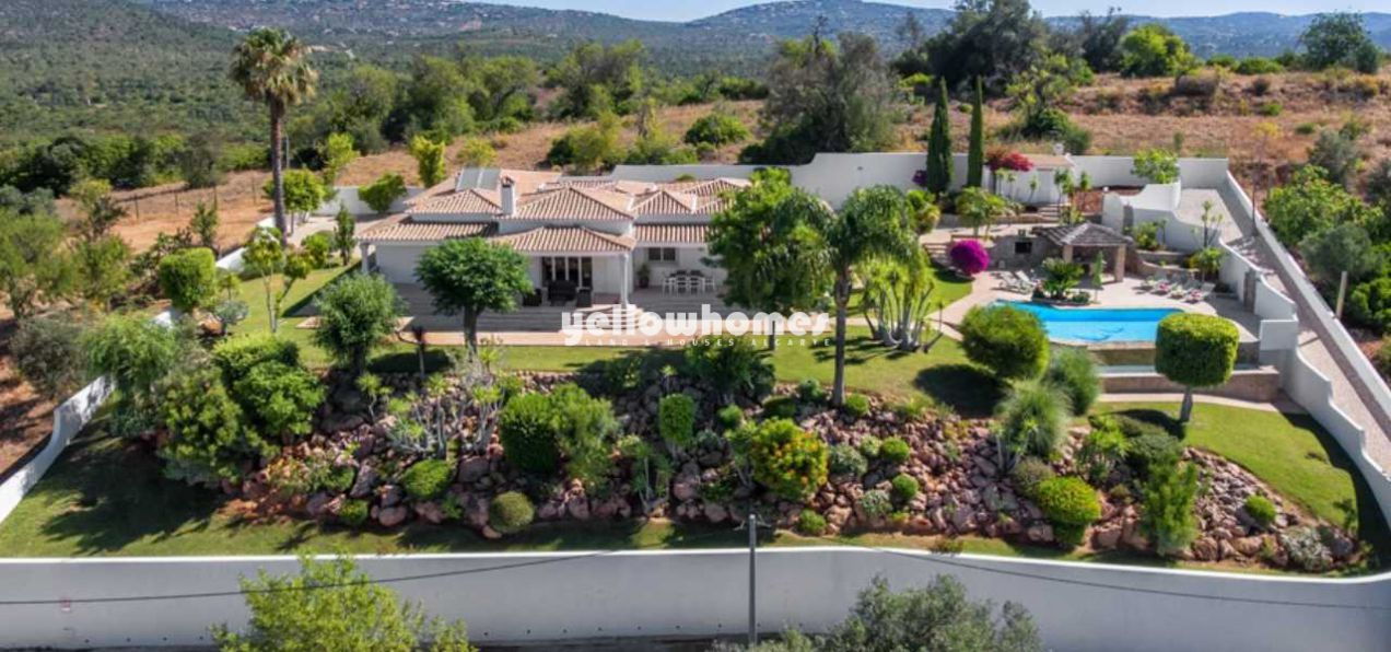 Refurbished single level villa with sea views,...