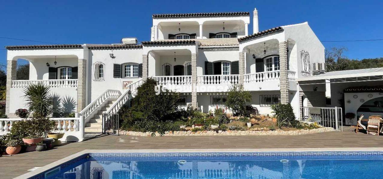 Hochwertige 4+2 SZ Villa mit Charme, grossem Grundstück und Pool nahe