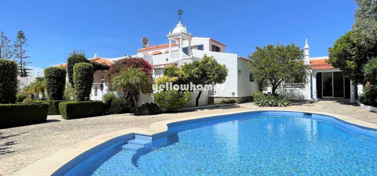 Charmosa moradia em estilo palácio português com...