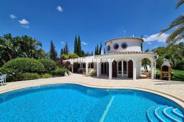 Charmante und private 4-Schlafzimmer Villa mit schönem Garten und Meerblick