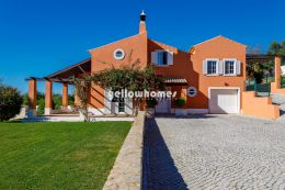 Beautifully presented 4-bed villa with private...