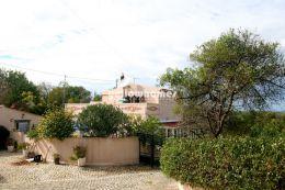 Gepflegte Portugiesische Villa mit Gästehaus und schönem Grundstück...