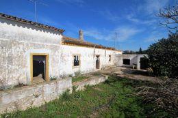 Grande terreno com casas velhas perto de Vilamoura