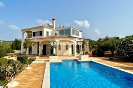 Well maintained and bright 4 bedroom villa with sea...