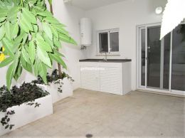 Fully renovated 2-bed apartment with sunny courtyard...