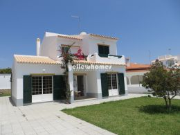Bright Villa close to the beach and all amenities...