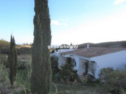 Well maintained 3-bed villa with lovely sea and country...