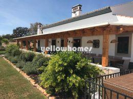 Gut präsentiertes Landhaus mit Bebengebäude und Pool in der Nähe von Tavira