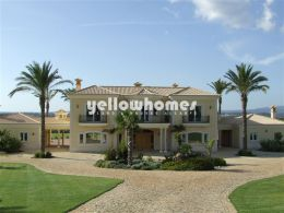 Magnificent luxurious 4-bedroom villa with guest...