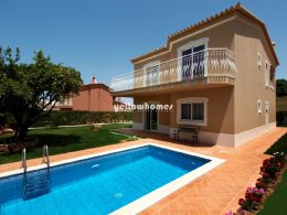 3 bedroom Villa with pool and carport in quiet residential...