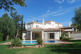 3-bed semi-detached villa with views to the countryside...