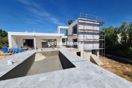 Helle, freistehende Neubauvilla mit 3 SZ und privatem Pool bei Loulé