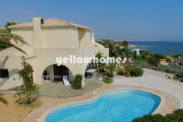 Opportunity: Villa for sale with stunning views...