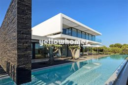 Contemporary 4-bedroom villa facing the golf course...
