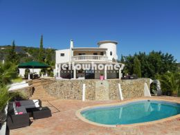 Well-presented villa with guest apartment and stunning...