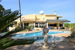 Very spacious 6-bed villa close to amenities, beaches...