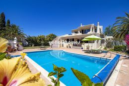 Elegant and classic 4-bed villa with private pool in...