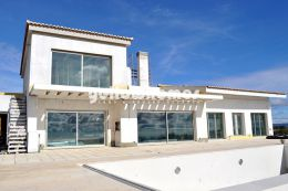 High quality villa with fantastic sea and country...