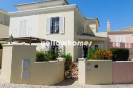 Well-presented townhouse with pool and carport for...