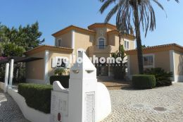 Splendid 3-bed villa in best frontline location on...