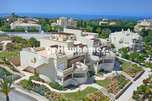 Penthousewohnung nahe Ferragudo mit großer privater Dachterrasse, Pool und Meerblick