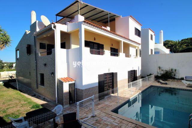 Geräumige Villa mit Pool und Garage nahe Olhos de Agua