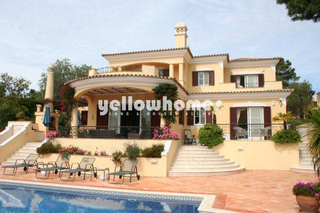 4 SZ Villa zu verkaufen mit Pool direct am Golfplatz in Quinta do Lago Pinheiros Altos