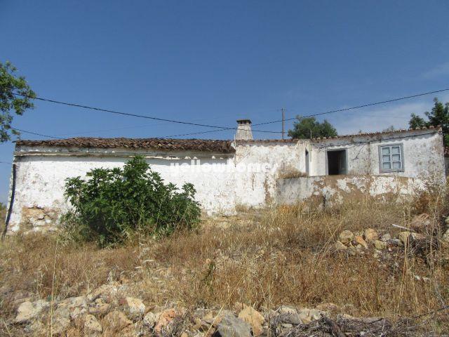 Südseitige Ruine mit Meerblick auf dem Land in der Nähe von Tavira