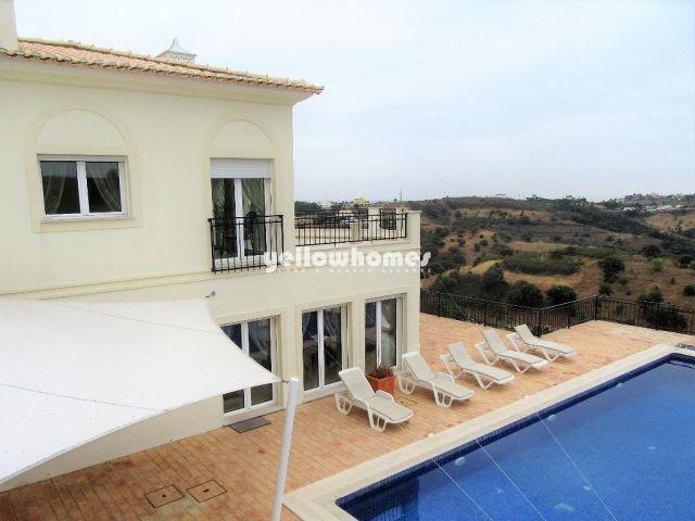 Atemberaubende Villa mit großem Pool und herrlichem Meerblick nahe Monte Rei Golf