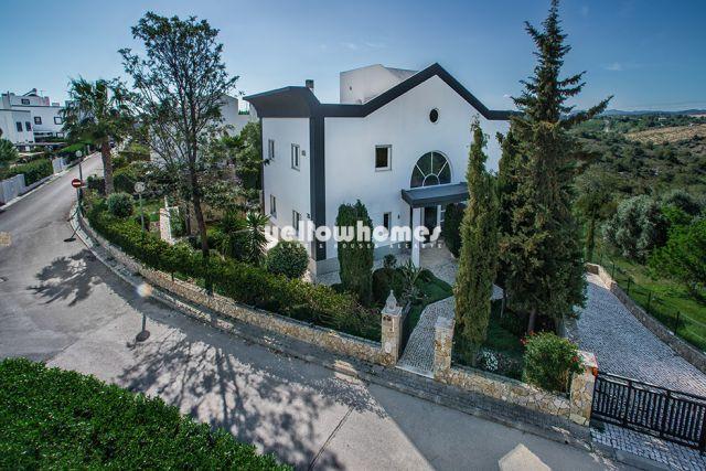 Zu verkaufen, Große schöne Villa mit Pool, gepflegtem Garten und Garage in bevorzugter Lage