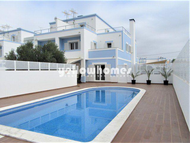 Kürzlich gebaute Doppelhaushälfte mit Pool