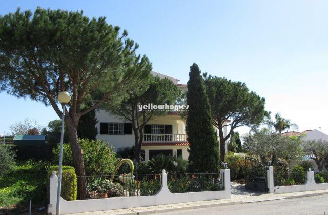 Villa mit beheiztem Pool, Garage und Garten