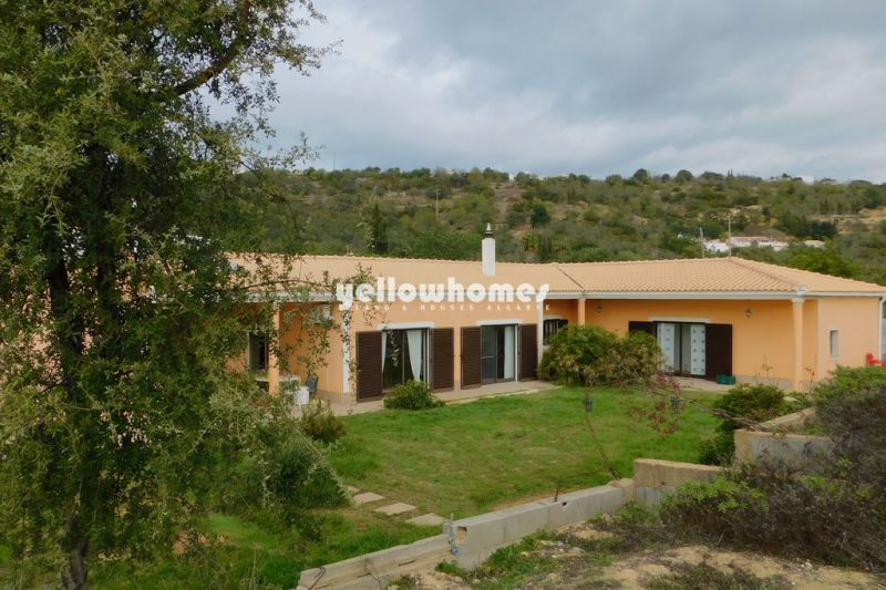 Spacious 4 bedroom villa with large plot and lots of Potential near Boliqueime