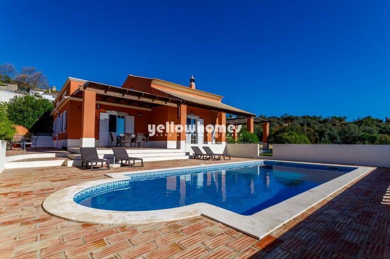 Bonita moradia V4 com piscina privada num grande terreno perto de Loulé