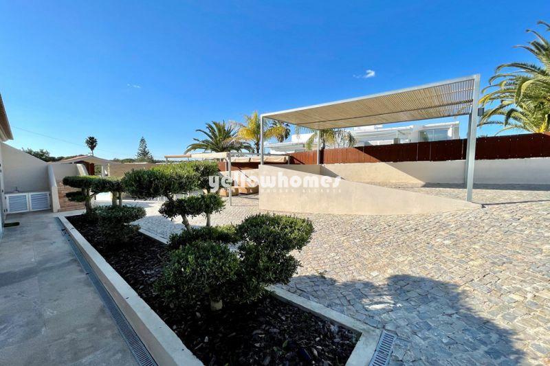 Encantadora moradia V4 com aquecimento central e piscina perto da praia