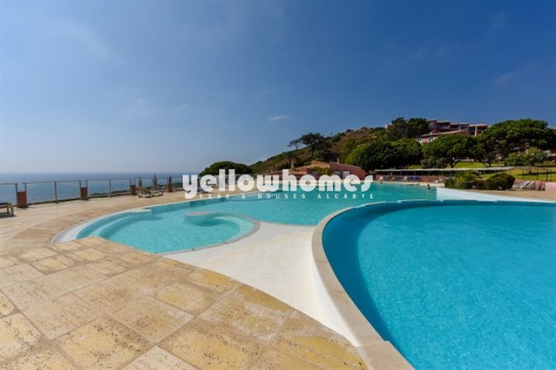 2-bed apartment with sea view and communal pool in Praia da Luz