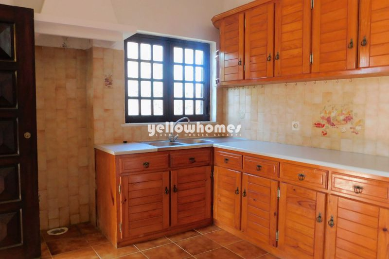 Spacious and traditional Algarve villa with 5 bedrooms and easy to maintain plot