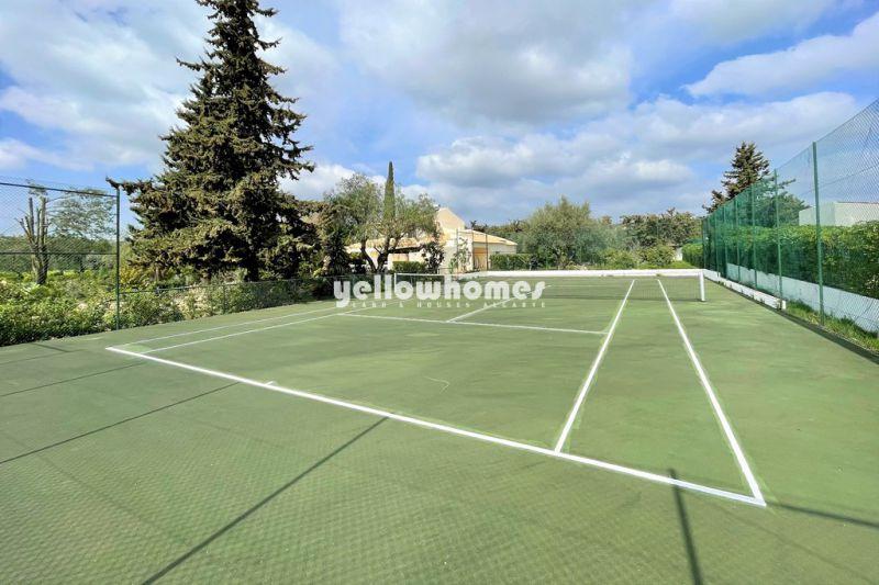 Moradia V5 bem conservada, com piscina, garagem e campo de ténis perto de Boliqueime