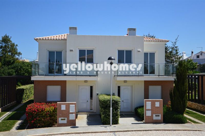 Well-presented 2-bed townhouse in a private condominium near Carvoeiro