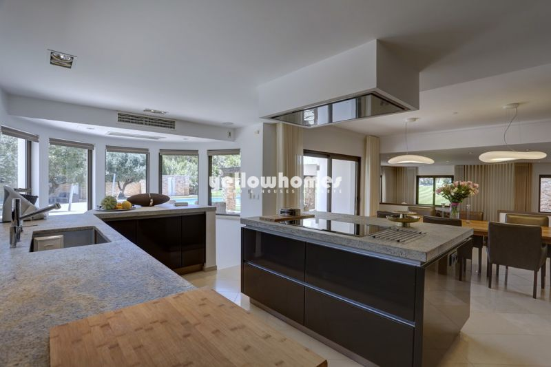 Contemporary luxury 6 bed villa in walking distance to beach and amenities