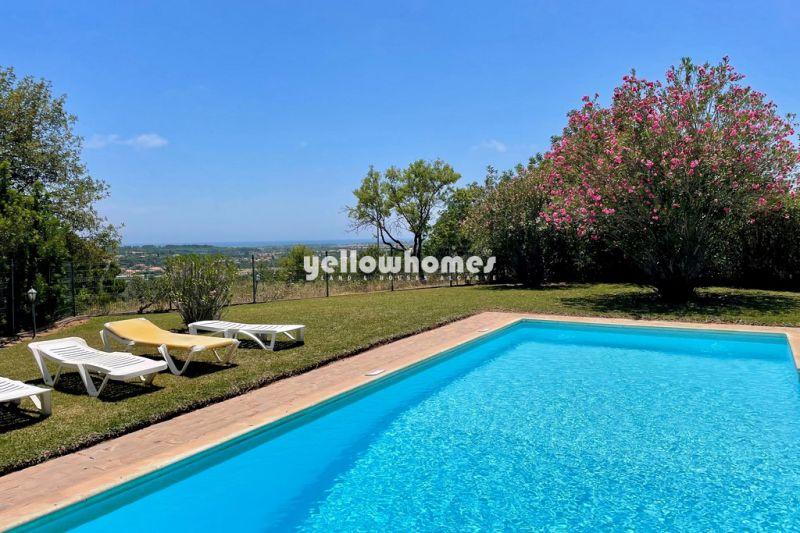 Encantadora moradia V4 perto de Vilamoura com garagem e vista mar panorâmica