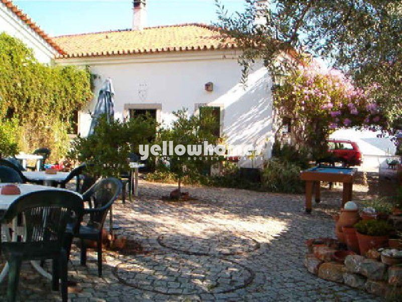 Renovated Portuguese guesthouse with swimming pool on central location