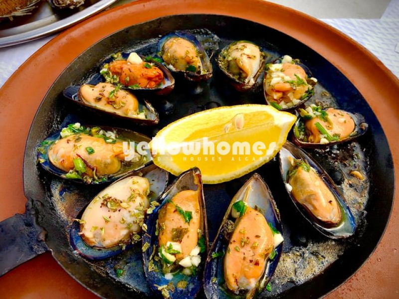 Fully equipped and furnished restaurant with owner accomodation in Tavira