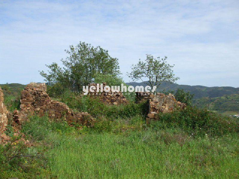 Terreno com grande ruína e vistas agradáveis