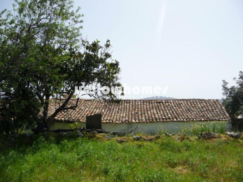 Grande quinta antiga localizada numa bonita zona rural