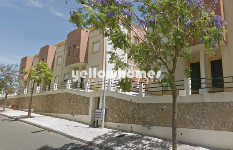 3-bed townhouse within walking distance to the golf course and beach