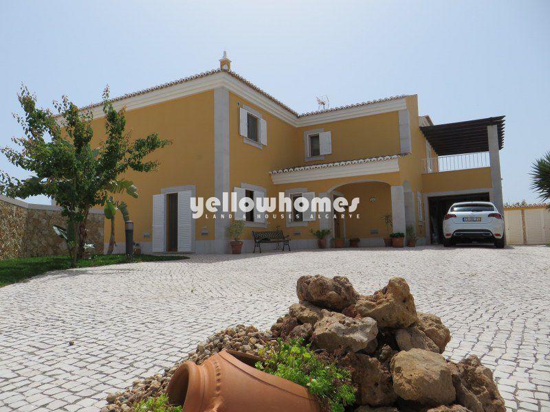 Bonita moradia V4 sita numa zona residencial conhecida perto de Tavira
